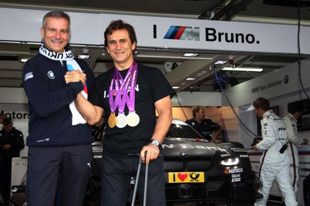 """10 BMW Motorsport, Jens Marquandt & Alex Zanardi.jpg După teribilul accident suferit în septembrie 2001, la o cursă CART Series desfăşurată la Lausitzring, în care şi-a pierdut ambele picioare, Alessandro Zanardi a revenit în motorsport, alături de BMW, şi a participat la Campionatul Mondial de Turisme (WTCC), unde a reuşit şi patru victorii. După retragere, italianul a luat startul la Jocurile Paralimpice de vară, la """"hand-cycling"""", câştigând două medalii de aur şi una de argint. Cum prima dragoste nu se uită, Alex a fost alături de BMW Motorsport la finala DTM, de la Hockenheim."""
