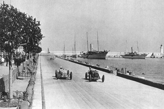 In dreapta, britanicul Williams in Bugatti-ul cu numarul 12, depasindu-l pe francezul Raoul de Rovin care nu va incheia cursa din cauza unui accident in turul al 55-lea