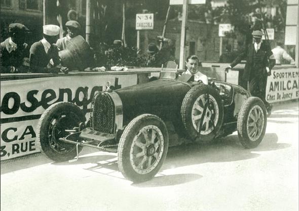Pilotul brailean, Georges Bouriano, la volanul Bugatti-ului T35C cu numarul 18