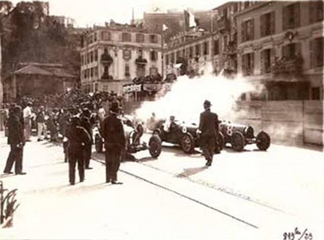 Grila de start. Se pot observa Bugatti-ul T35C cu numarul 8 al lui Marcel Lehoux, cel cu numarul 6 pilotat de catre Christian Dauvergne, iar ultimul din stanga este Philippe Étancelin, cel care pornea din pole position
