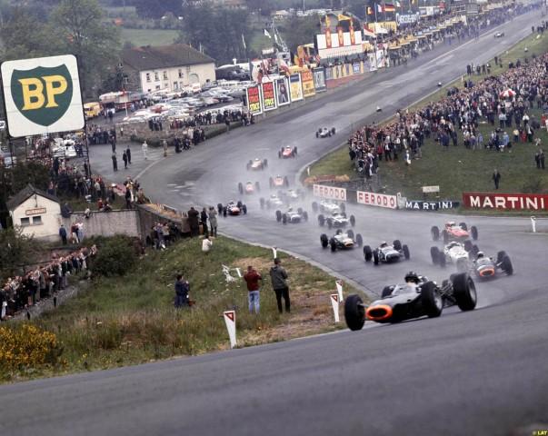 Probabil cel mai faimos viraj din Formula 1, Eau Rouge, in perioada de glorie a acestei competitii: 1965