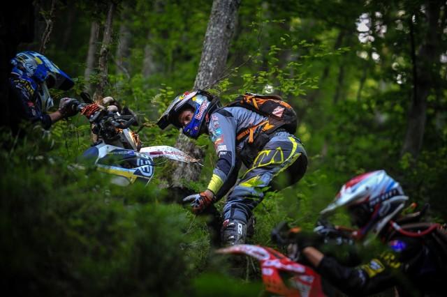 Chris Birch ajutand rideri foto: Dragos Dumitru