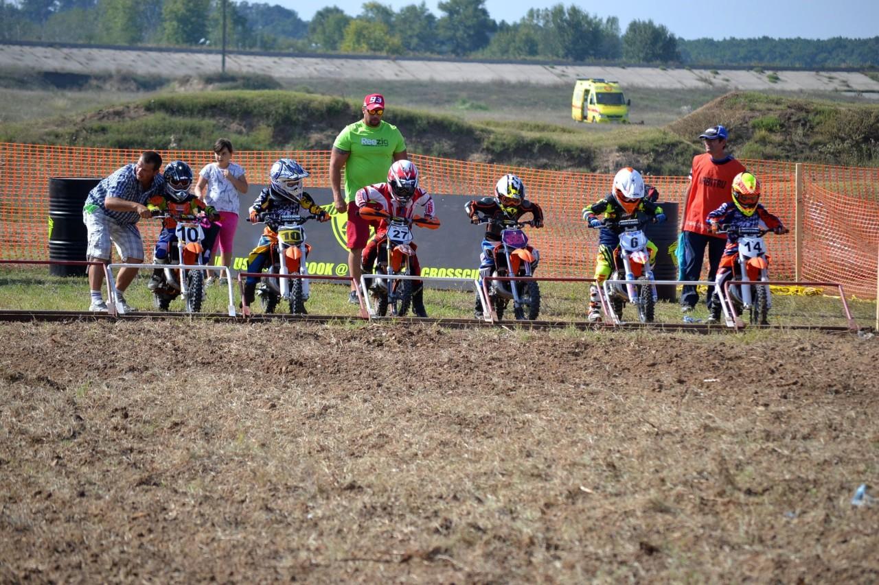 Copiii se pregatesc de start in Motocross Cup